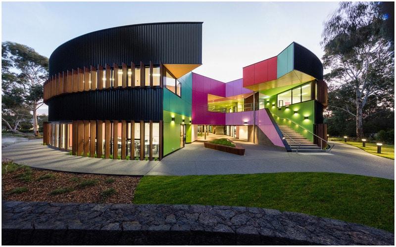bâtiments commerciaux avec couleurs